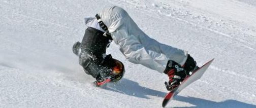 insolite-chute-surf-neige